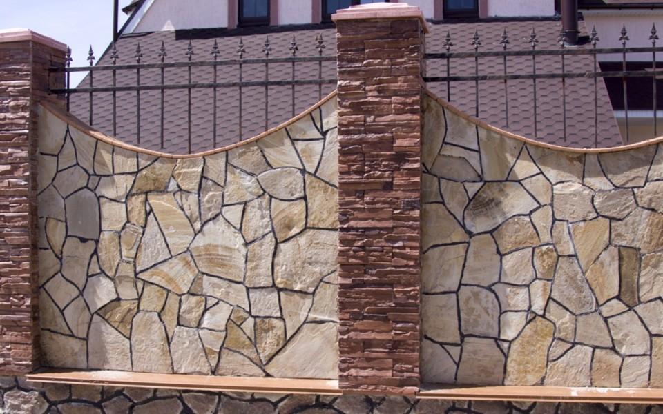 Паркан, зроблений із використанням каменю