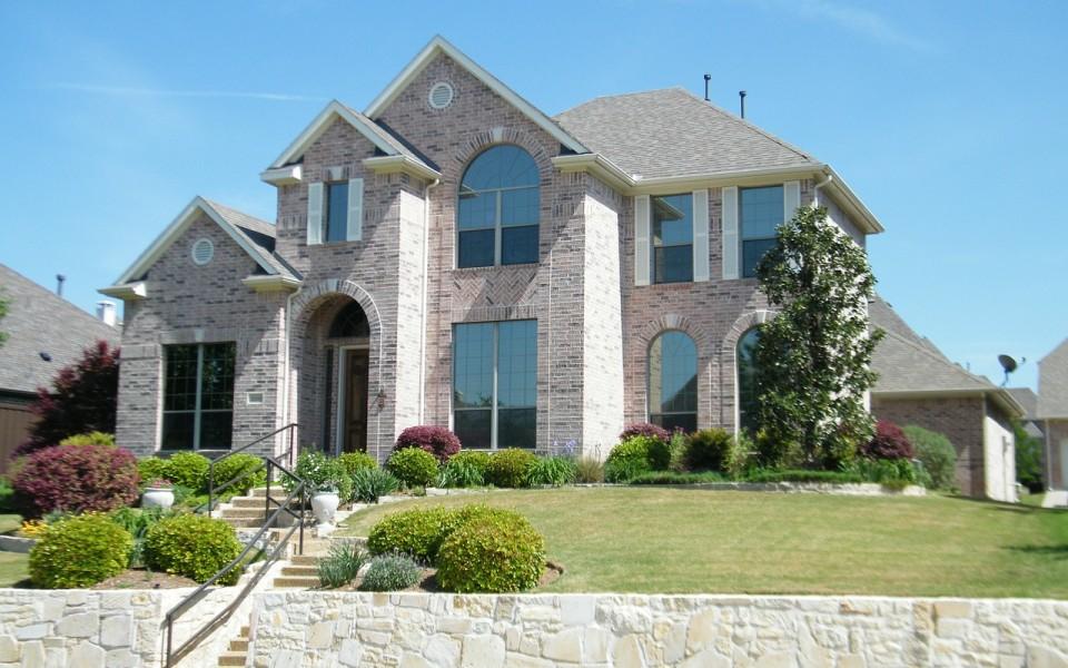 Будинок з фасадом із каменю